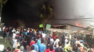 Kobaran Api Lalap Gudang Penyimpanan Karpet di Bekasi