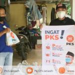 Peduli Warga saat Covid-19, PKS Jatiluhur Bagikan Puluhan Paket Isoman